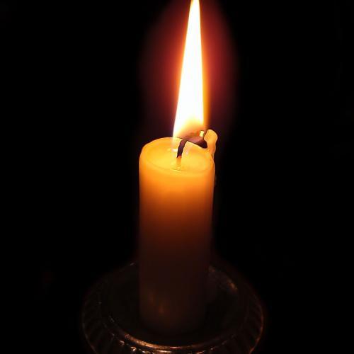 Das Lich einer Kerze kann die Dunkelheit vertreiben